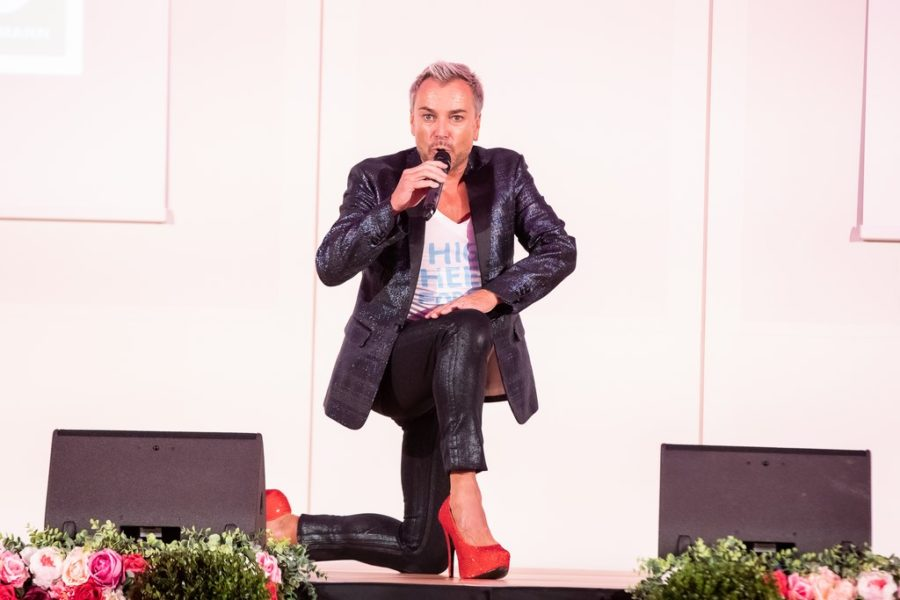 Musical-Star Uwe Kröger performte in sexy High Heels live zur großen C&A Fashionshow. (Foto Moni Fellner)