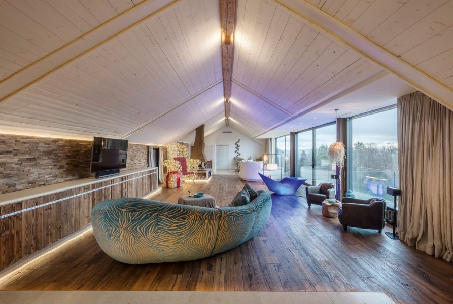 Auf dem ehemaligen Stallgebäude das lädt das 350 m2 große Panorama-Loft in Vollholzbauweise zum Wohlfühlen ein. (Foto Golden Hill Country Chalets & Suites)