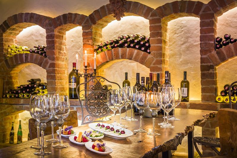 Gerne besuchen die Gäste des Golden Hill den herrlichen Weinkeller der Anlage mit seinen köstlichen Schätzen. (Foto Golden Hill Country Chalets & Suites)