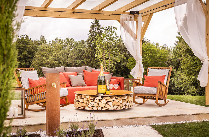 """Ein prickelndes Highlight der Anlage für einen besonders romantischen Abend ist die exklusive Champagnerlounge """"The Sparkling Spirit"""" mit Blick auf die einzigartige Schwimm-Oase und ins Südsteirische Hügelland. (Foto Golden Hill Country Chalets & Suites)"""