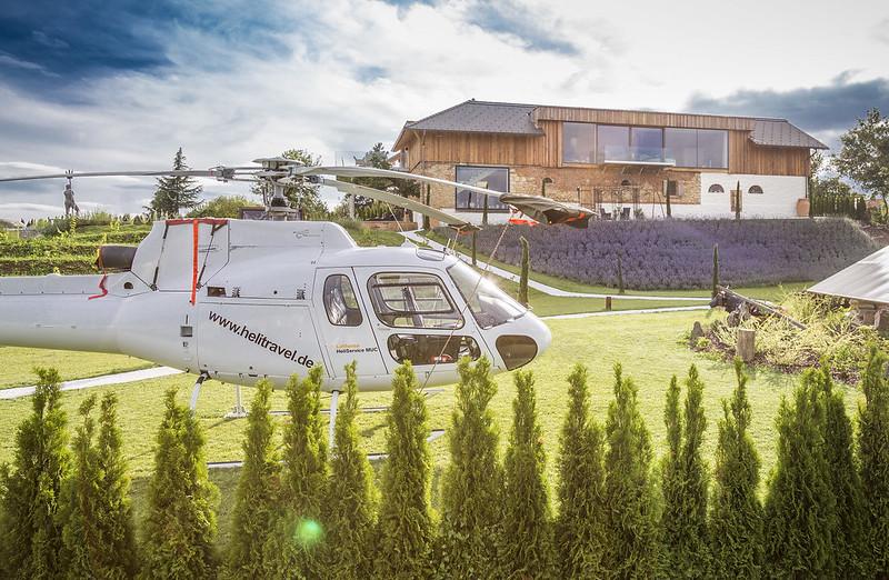 """Barbara und Andreas Reinisch ermöglichen Ihren Gästen auch Helikopterflüge: """"Wir verstehen darunter aber nicht Luxus, sondern das verstehen wir unter Service."""" (Foto Golden Hill Country Chalets & Suites)"""