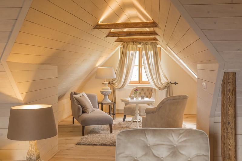 Auch das wunderschöne Wohnzimmer des Landhauses wurde liebevoll von Barbara Reinisch geplant. (Foto Golden Hill Country Chalets & Suites)