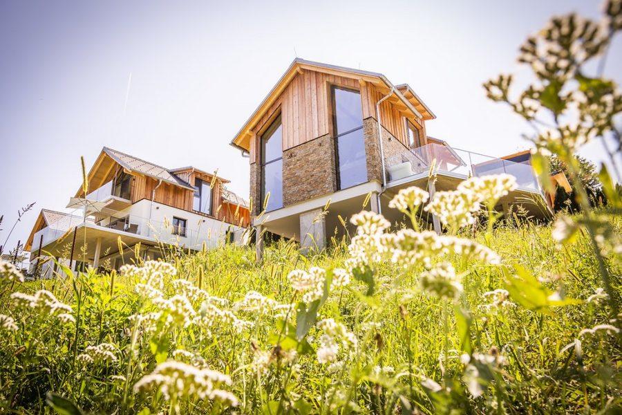 Die Chalets sind alle in einem lässig eleganten Country Style, angepasst an die steirischen Bauvorgaben. Sie sind teilweise verputzt, teilweise verschalt und die Dächer sind mit anthrazitfarbigen Ziegeln gedeckt. (Foto Golden Hill Country Chalets & Suites)