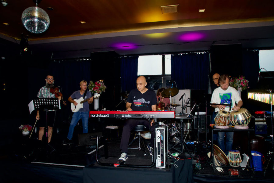 Omar Akram and band performs at the Sofitel in Beverly Hills. (Photo Tshombe Sampson)