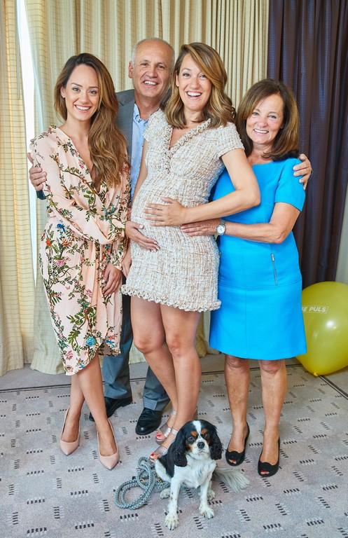Sasa Schwarzjirg mit ihren Eltern Daniela und Herbert sowie ihrer Schwester Bianca bei einer Feier bei PULS 4 im Parkhotel Hilton (Foto Starpix/ Alexander Tuma)