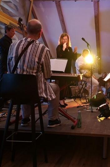 Vor einigen Wochen trat Simone Kopmajer mit ihrer Band anlässlich ihrer Österreich-Auftritte auch am steirischen Odensee auf. (Foto Hedi Grager)