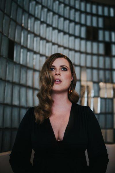 """""""Spotlight On Jazz"""" heißt die aktuelle CD von Simone Kopmajer und es ist wieder eine Zeitreise durch die Geschichte des Jazz mit einigen Neubearbeitungen altbekannter Klassiker des Genres. (Foto Tina Reiter)"""