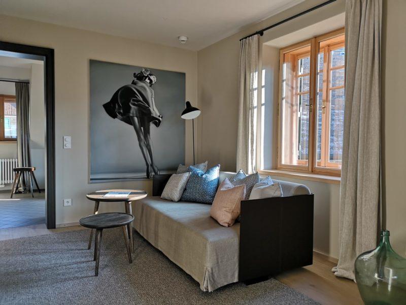 Das gesamte Gästehaus ist in warmen, braun-beige-grauen Tönen gehalten und die Wäsche aus Leinen. (Foto Hedi Grager)