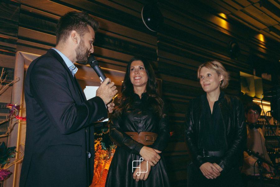 Antenne Moderator Thomas Seidl bat Aiola ChefinJudith Schwarz und Magazin Chef-Redakteurin Nina Prehofer für ein Interview auf die Bühne. (Foto Markus Mansi)