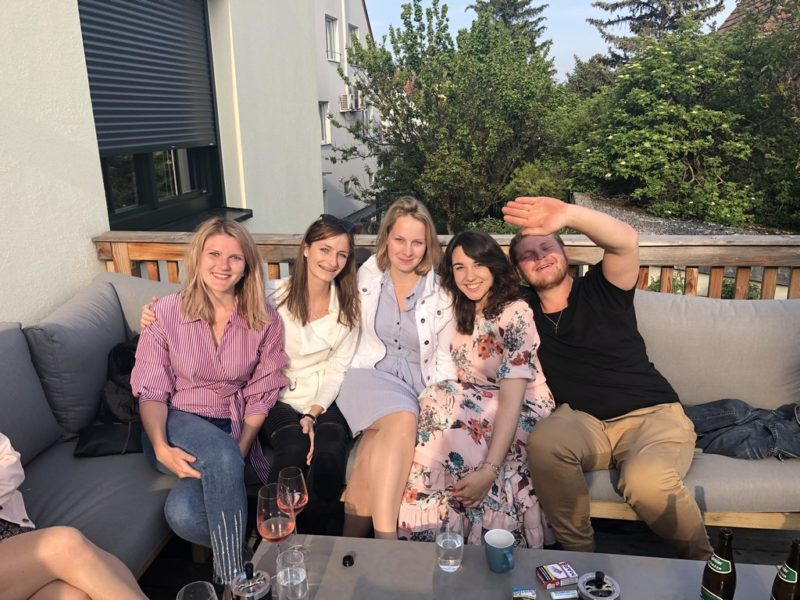 Sandra Suppan beim entspannten Chillen mit Freunden. (Foto privat)