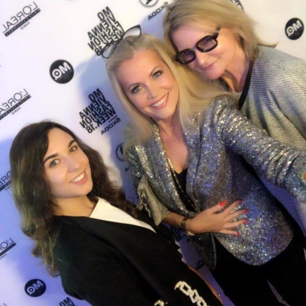 Journalistin und Moderatorin Sandra Suppan mit Model, Autorin und Brillen-Expertin Evelyn Rillé und Hedi Grager, HediGrager.com, bei der MQ Vienna Fashion Week 2018. (Foto privat)