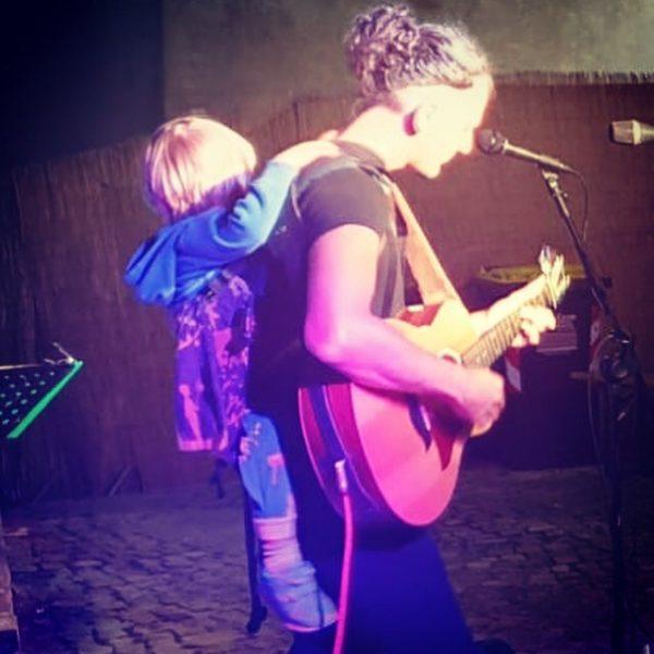 """Christoph """"Calim"""" Reicho: """"Ein Highlight war das """"Suoni di Villalba"""", bei dem mich mein Sohn Theo mit einer Trommel auf der Bühne begleitet hat."""" (Foto privat)"""