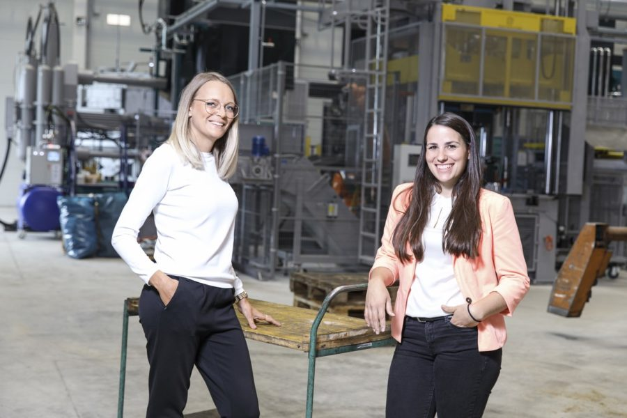Alexandra Trost leitet den Vertrieb und Desiree Lafer den Einkauf bei der Austria Druckguss GmbH und Co KG.(Foto Thomas Luef)