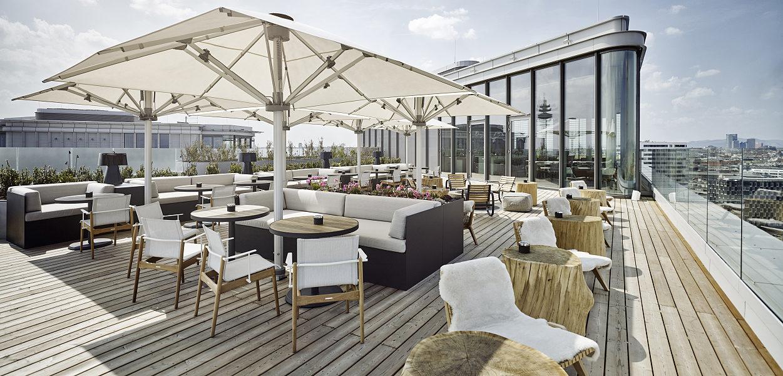 Die Aurora Rooftop Bar Aurora im 16. Stock hat einen phänomenalen Rundblick über ganz Wien. (Foto Andaz)