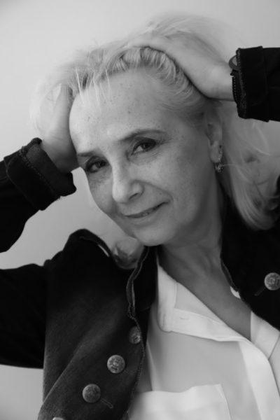 Kraft und Ausgeglichenheit holt sich die Schauspielerin und Autorin Christa Kern beim Rezitieren ihres buddhistischen Mantras. (Foto Elisabeth Beckmann)
