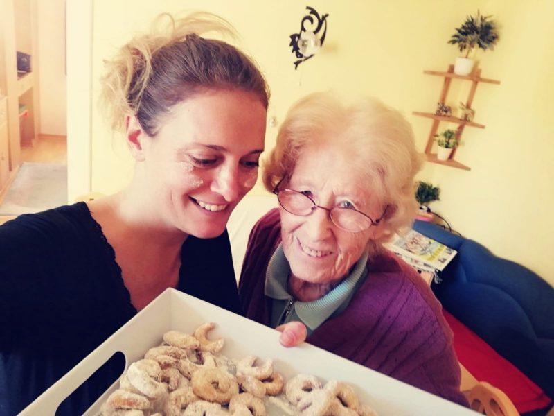 Christina Dow beim Kekse backen mit ihrer geliebten Oma. (Foto privat)