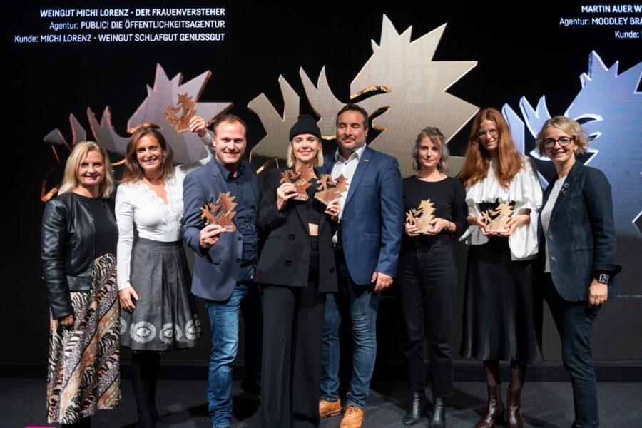 """Die Auszeichnung zum steirischen Werbepreis in Bronze, den Green Panther 2019 bekam sie gemeinsam mit dem Winzer Michi Lorenz für das Projekt """"Frauenversteher"""". (Foto privat)"""
