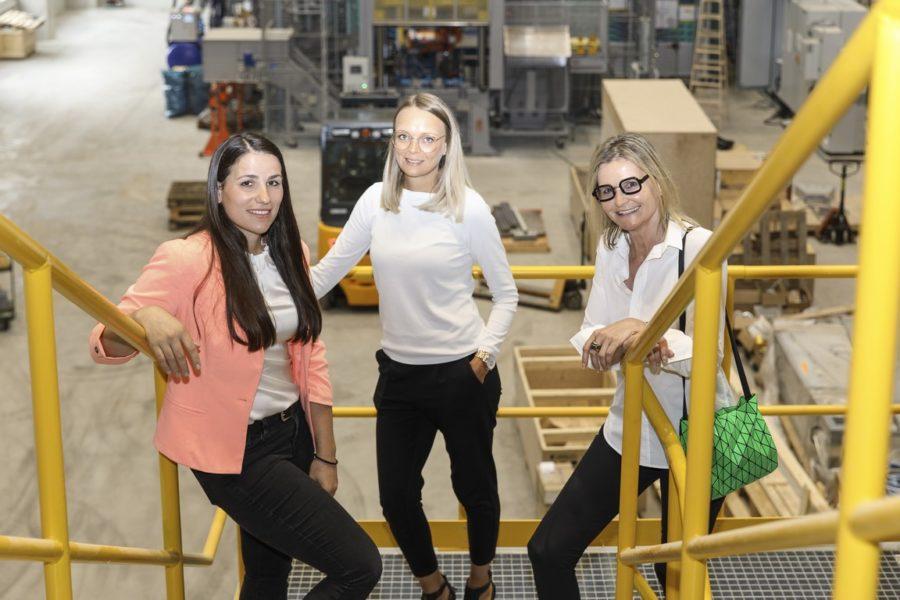 Desiree Lafer und Alexandra Trost arbeiten in der Austria Druckguss GmbH und sind gerne Teamplayer. Hier mit Journalistin Hedi Grager. (Foto Thomas Luef)