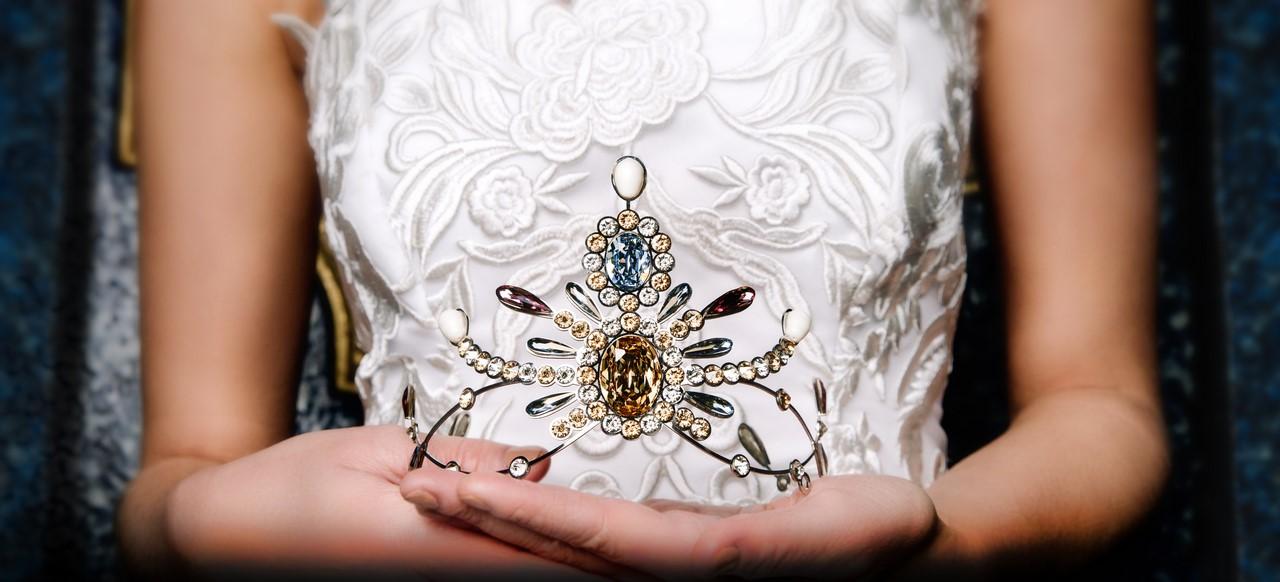 Designerin Eva Poleschinski und Juwelier Weikhard präsentieren stolz die Opernredoute-Krönchen 2020 (Foto: Doris Himmelbauer, Model: Pamina/ Stella Models)
