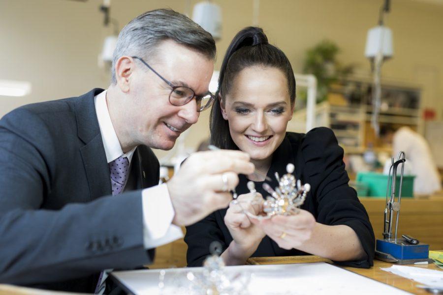 Die international erfolgreiche Designerin Eva Poleschinski war diesmal für das außergewöhnliche Design der Krönchen verantwortlich, gefertigt werden sie in der Werkstätte von Juwelier – Uhren Weikhard. (Foto Marija Kanizaj)