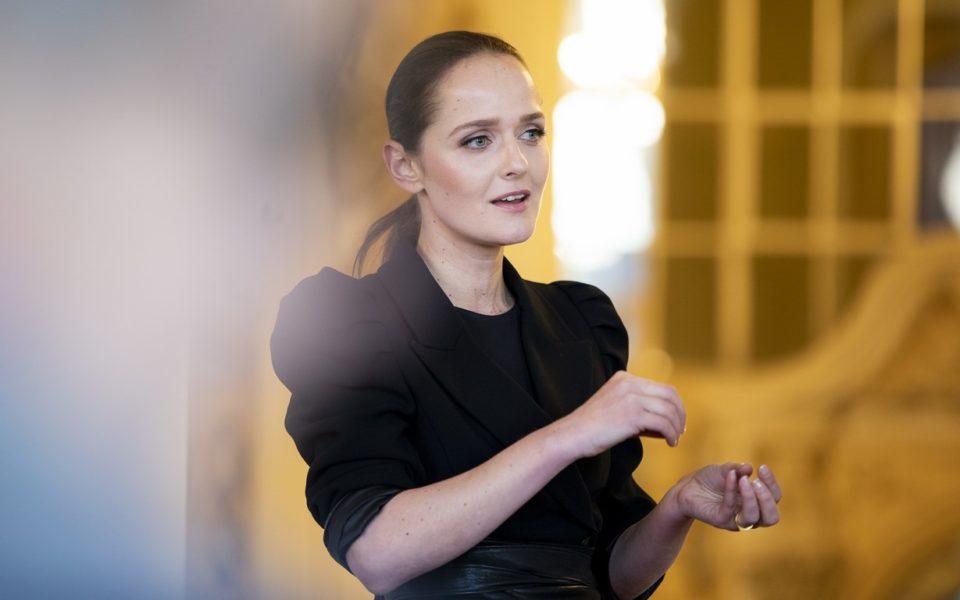 """Stardesignerin Eva Poleschinski: """"Wir möchten mit diesen Krönchen den Debütantinnen zu einer unvergesslichen Ballnacht beitragen. Sie sollen sich rundum wie Prinzessinnen fühlen."""" (Foto Marija Kanizaj)"""