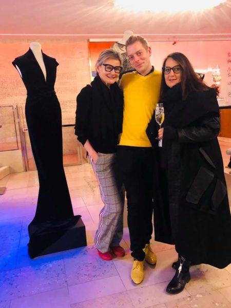 Andrea Ruschka ist eine großartige Netzwerkerin. Hier mit Hedi Grager und Herbert Teichtmeister bei einer Abendmodenschau von Ardea Luh im Grazer Schauspielhaus. (Foto privat)