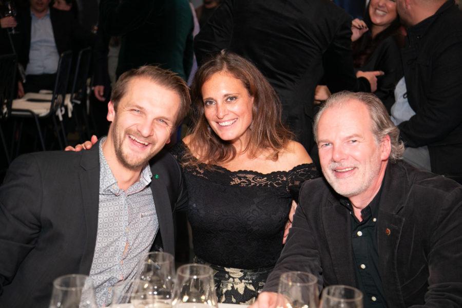 Christina Dow mit ihrem Partner Heri Hahn (li) und langjährigem Freund Josef Krassnig. (Foto privat)