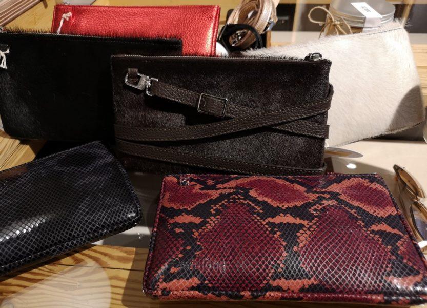 Die minibag ist in den verschiedensten Farben und Materialen erhältlich. Der lange Schulterriemen kann exakt 5x um die Tasche gewickelt werden und schon wird aus der Shoulder Bag die Clutch. (Foto Hedi Grager)