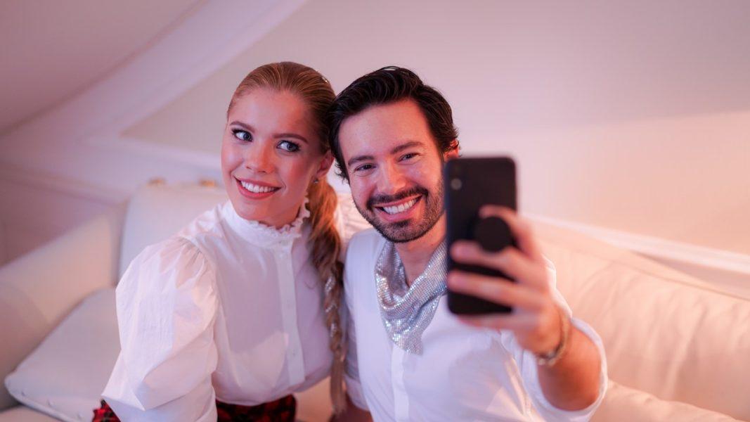 Modejournalist und Stylist Mio Paternoss lässt sich ein Selfie mit Victoria Swarovski nicht entgehen. (Foto Natalie Hafner/missMagazin)
