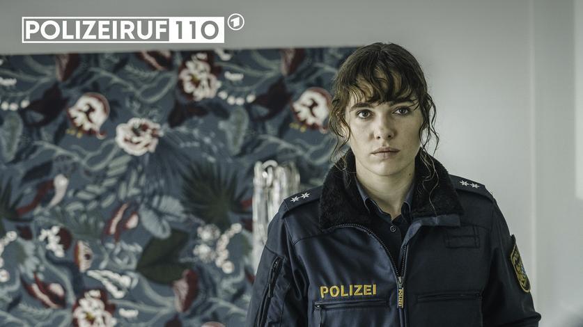 Verena Altenberger spielt in POLIZEIRUF 110 eine verhältnismäßig junge Ermittlerin, genauer gesagt eine Polizeioberkommissarin im gehobenen Dienst, aber auf Streife unterwegs. (Foto BRmaze pictures GmbH)
