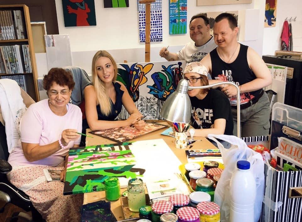 Die Künstlerin Valentina Eberhardt freut sich sehr darüber, dass sie seit September 2019 bildnerische Erziehung unterrichten kann. (Foto privat)
