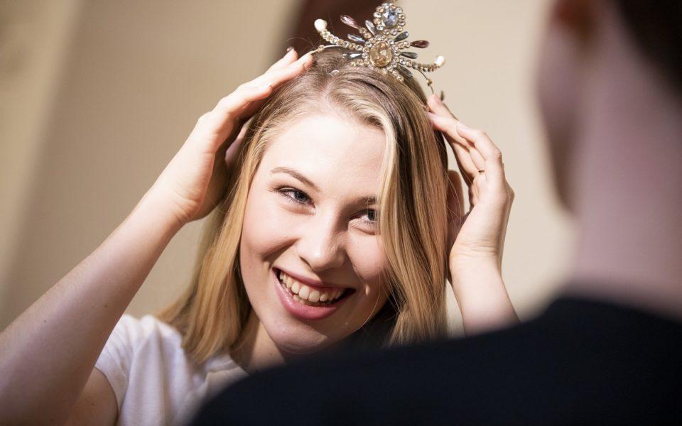 Miss Austria Larissa Robitschko, die mit ihrem Bruder Enzo die Polonaise tanzen wird, bekam ihr 'Krönchen'. (Foto Opernredoute / Marija Kanižaj)