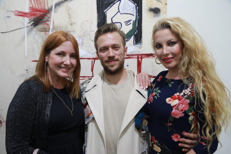 """Alessandro Painsi: """"Als 24 jähriger in Los Angeles eine Solo-Ausstellung gehabt zu haben, ist einfach unfassbar. Im Bild mit Nicole Muj, Kultura PR International, und Schauspielerin Dustin Quick. (Photo Eric Minh Swenson)"""