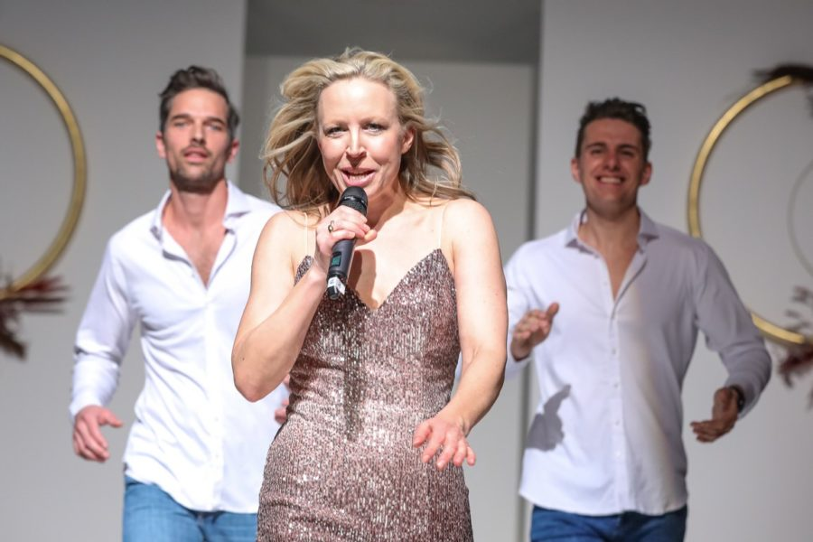 """TV-Star und Entertainerin NINA PROLL gab eine fulminante Live-Performance mit """"Gib mir das"""", dem Titelsong aus ihrem Film """"Anna Fucking Molnar"""", und begeisterte damit das Publikum. Im Hintergrund Michael Gstöttner und Philipp Knefz. (Foto Moni Fellner)"""