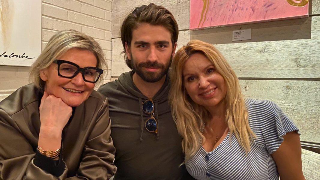 """Die Schauspieler Swen Temmel und Meadow Williams produzieren auch Filme. """"Einen Film zu produzieren braucht sehr viel Zeit und ist wie eine Geburt, er ist unser Baby"""", erklärt Swen. Im Bild mit Journalistin & Publisher Hedi Grager. (Foto privat)"""