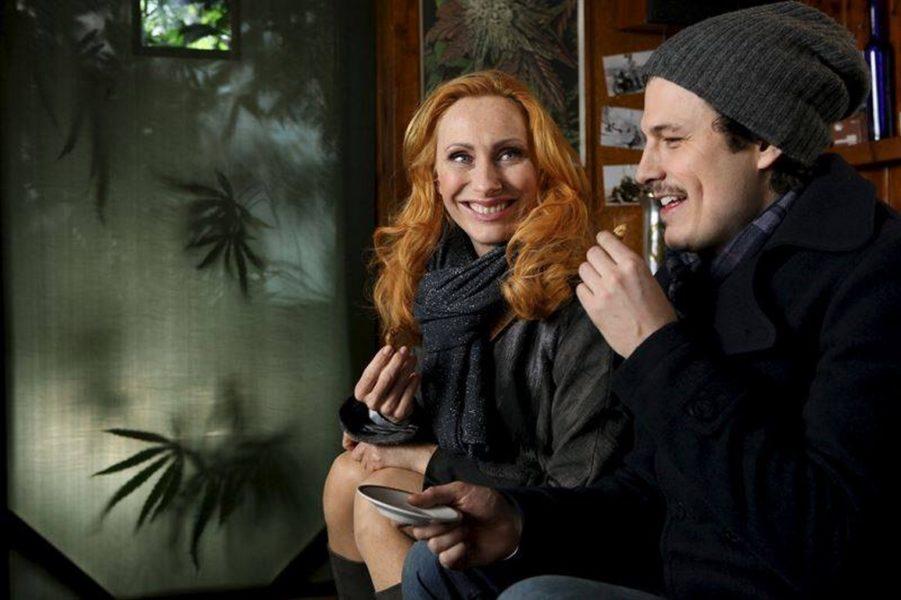 """Manuel Rubey, hier mit Schauspiel-Kollegin Andrea Sawatzki, spielt nur im """"Arbeitsgewand"""". """"Das kann ich ausziehen und versuche so, meine Rolle bewusst in der Garderobe zu lassen."""" (Foto privat)"""