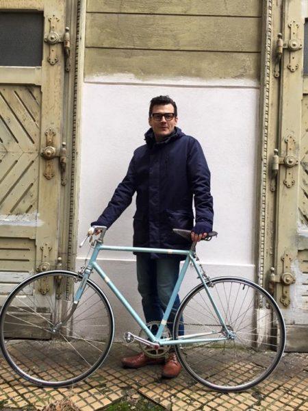 Der Schauspieler hält sich mit langen Spaziergängen und Rad fahren fit. (Foto privat)