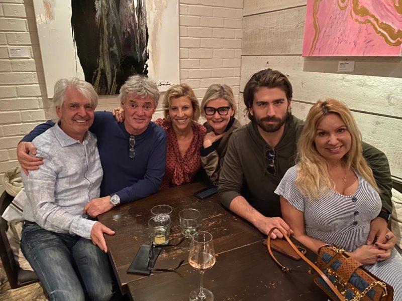 """Ich treffe Swen Temmel mit seiner Freundin Meadow Williams und seinen Eltern im Restaurant """"OLLO"""" in Malibu, wo Swen neben der Schauspielschule gejobbt hat. Autor Reinhard Sudy, Charly und Maria Temmel, Hedi Grager, Swen Temmel und Meadow Williams (Foto privat)"""