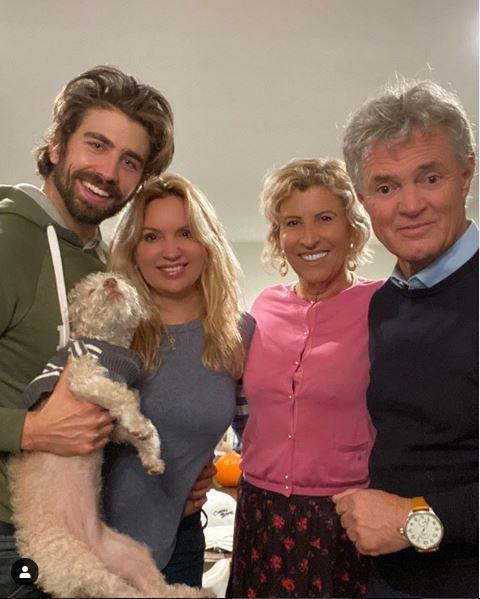 Vier, die sich gut verstehen: Schauspieler Swen Temmel mit seiner Freundin Meadow Williams und seinen Eltern Maria und Charly Temmel. (Foto privat)