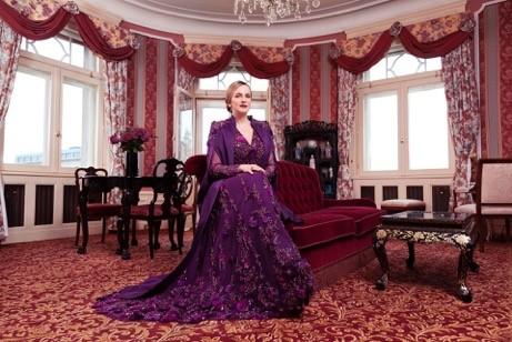 """Für Opernballorganisatorin Maria Großbauer kreierte Eva Poleschinski unter dem Motto """"Königin der Nacht"""" eine handangefertigte Couture Robe, bestehend aus einem all-over bestickten Kleid und einem zauberhaften Cape mit Stickereien an den Schultern. (Foto Marlene Rahmann)"""