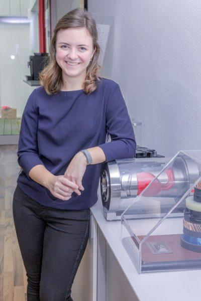 Zu den Aufgaben von Elisabeth Gerencser gehört dasZeichnen von Schaltplänen für elektrotechnische Geräteund Anlagen. (Foto Sabina Saurer Photography)