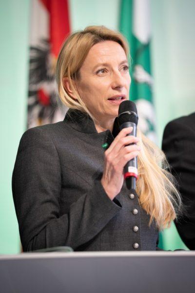 """Besonders am Herzen liegt Juliane Bogner-Strauß Vieles aus der Frauenperspektive. """"Pädagogische, Sozial- und Pflegeberufe werden großteils von Frauen ausgeübt, die oftmals in prekären Teilzeitverhältnissen arbeiten. Da müssen wir Lösungen finden. (Foto Streibl/Land Steiermark)"""