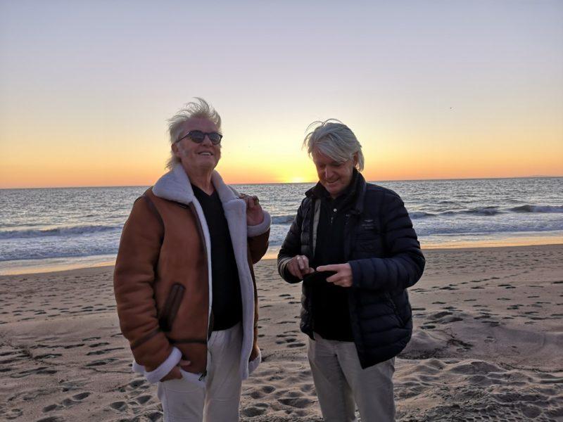 Peter Wolf-Millesi und Autor Reinhard Sudy genießen die untergehende Sonne am Strand von Malibu. (Foto privat)