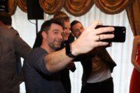 Die glücklichen ROMY-Nominierten Jakob Seeböck, Cornelius Obonya und Andi Moravec beim Selfie machen. (Foto KURIER Franz Gruber)