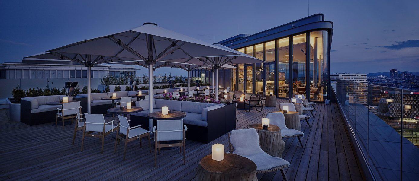 Die schöne Dachterrasse der Aurora Rooftop Bar des Lifestyle-Hotels ANDAZ Vienna Am Belvedere. (Foto Andaz)