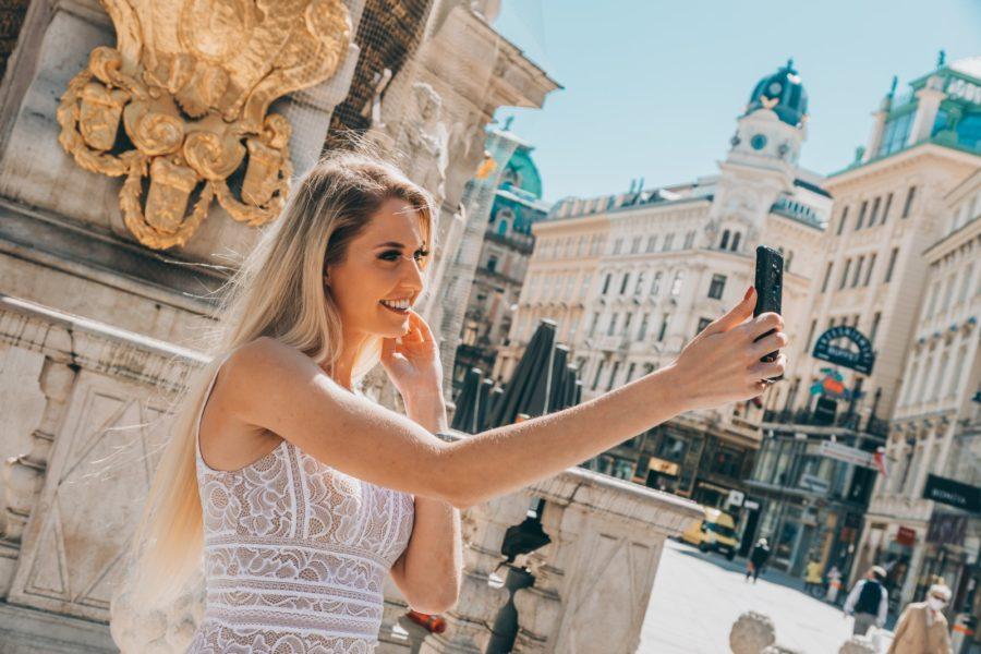 Auf der App oder Webseite kann man sich verschiedene Ausstellungen vom Stephansdom, dem Palmenhaus Schönbrunn bis hin zur Musikgeschichte Wiens runterladen - wie es Miss Vienna Beatrice Körmer macht. (Foto Chaluk)