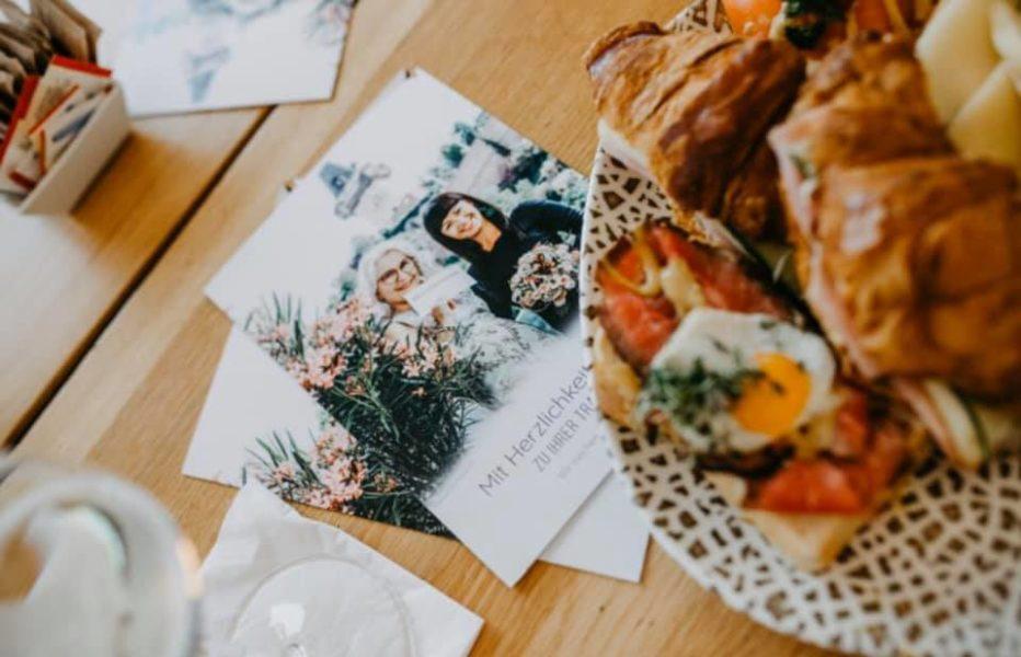 """Auf dem Folder ist im Hintergrund der Grazer Uhrturm zu sehen. """"Wir haben ihn deshalb gewählt, weil wir Graz als Hochzeitsstadt sichtbar machen wollen und weil wir mit dem Freiblick, dem Kunsthauscafe und Nägele & Strubell so tolle GrazerKommunikationspartner gefunden haben"""", so Gabriele Koch. (Foto Claudia Plattner - Träumerherz-Fotografie)"""