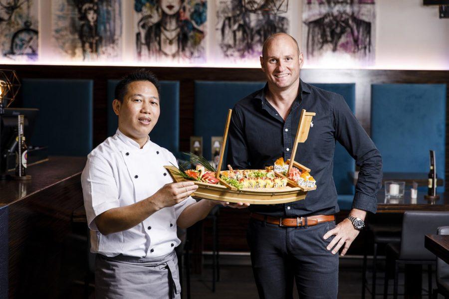 Sushi-Meister Mr Bin und Josef Winkler verwöhnen die Gäste jetzt in der Grazer Cafe-Bar Glockenspiel. (Foto Thomas Luef/LUEFLIGHT)