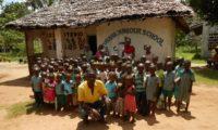 Patrick vor der FURAHA JUNIOR SCHOOL in Shanzu, Mombasa. (Foto MAMA AFRIKA)