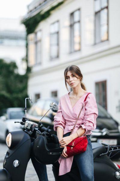 Auch für Vicky Heiler, Influencerin und Gründerin des Labels Viktoria Louise, ist der unu E-Scooter ideal, um problemlos Wege in der Öffentlichkeit zurückzulegen. (Foto unu)